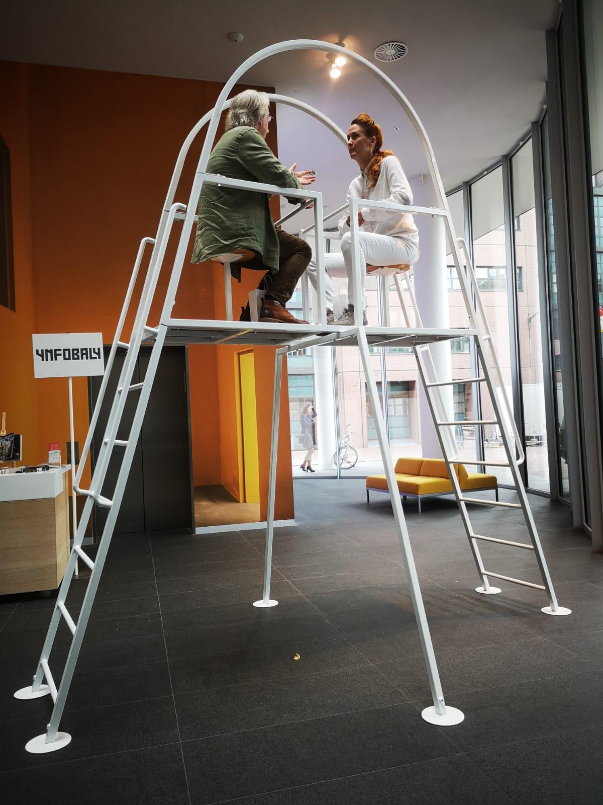 De installatie van kunstenaar Oscar Prinsen 'Gesprek op Hoog niveau 2.0'